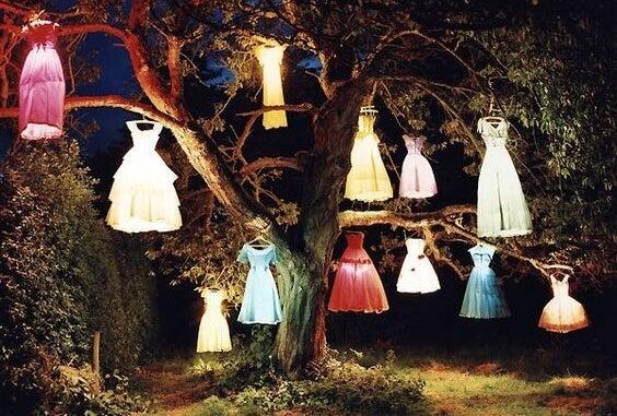 Boom die vol met verschillende jurken hangt