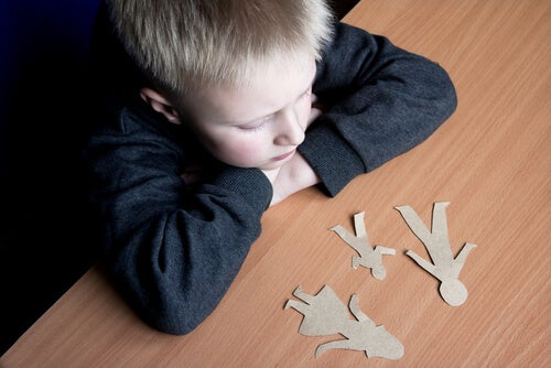 Een overstuur jongetje dat nadenkt over zijn gezinssituatie
