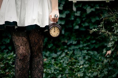 Meisje dat een klok vasthoudt want onze kansen gaan zo voorbij