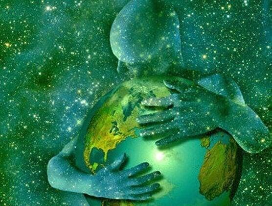 Man die in het universum de wereld omhelst