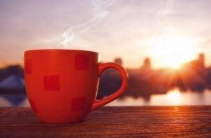 Heerlijke kop koffie bij zonsopgang, want hoe we de dag beginnen, is hoe onze dag zal gaan