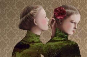 Meisje fluistert destructieve kritiek in oor van haar zus