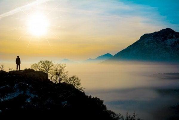 Man staat alleen op een berg en beoefent mindfulness