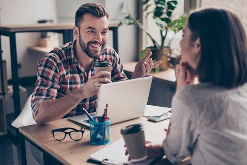 Man en vrouw voeren een gesprek op het werk