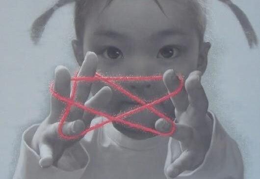 Aziatisch meisje dat aan het spelen is met een draad