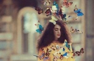 Meisje omringd door vlinders