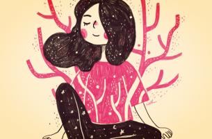 Meisje met een roze trui aan dat blaakt van het zelfvertrouwen