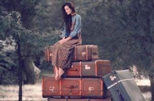 Meisje dat zich vastklampt aan haar bezittingen en dat moet leren loskoppelen om gelukkiger te kunnen zijn