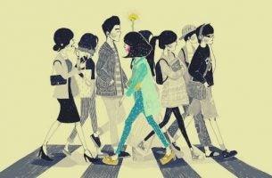 Mensen die langs elkaar heen lopen op straat, als voorbeeld voor de afstand die bepaalde houdingen kunnen creeren