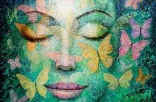 Vrouw met haar ogen dicht die mindfulness in 5 stappen beoefent
