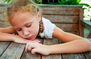 Kind dat ongelukkig is vanwege de giftige relatie tussen ouders