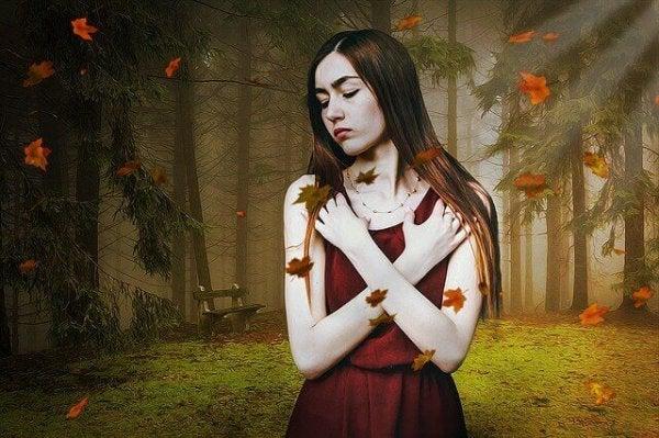 Onzekere vrouw in het bos