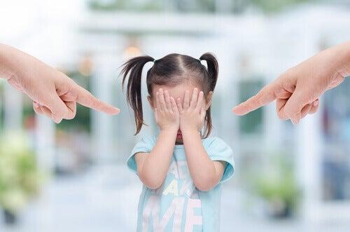 Meisje dat gek wordt van het geschreeuw van haar ouders