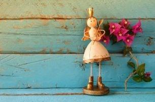 Een meisje poppetje met bloemetjes naast zich dat een dappere prinses is