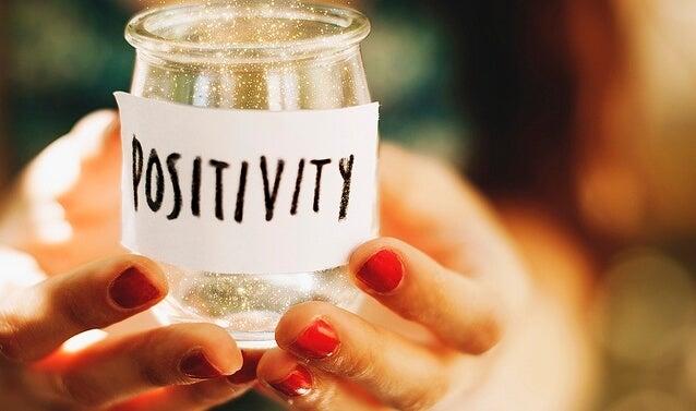 Glazen potje met positiviteit erop want dat is natuurlijk waar boeken over positieve psychologie voornamelijk over gaan