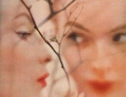 Twee vrouwen die elkaars weerspiegeling zijn