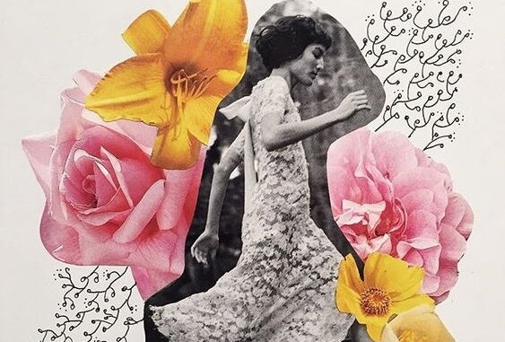 Vrouw rent tussen de bloemen en heeft ontdekt dat soms de mooie dingen naar je toe komen wanneer je stopt met zoeken