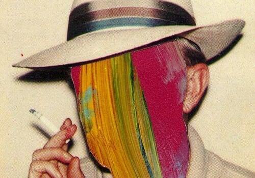 Man met een sigaret in zijn handen die duidelijk lijdt aan een rookverslaving