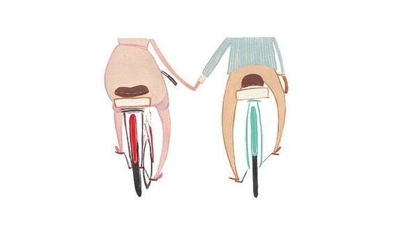 Tekening van twee mensen die hand in hand fietsen want liefde heeft verschillende krachten