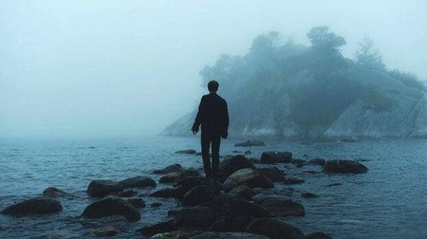 Eenzame man bij de oceaan