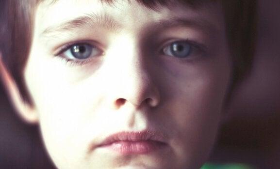 Mijn zoon is zorgzaam en dit kan hem soms verdrietig maken zoals het jongetje op deze afbeelding