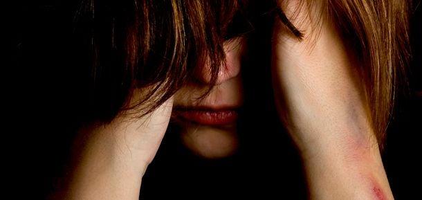 Gefrustreerde vrouw die zich geen raad meer weet