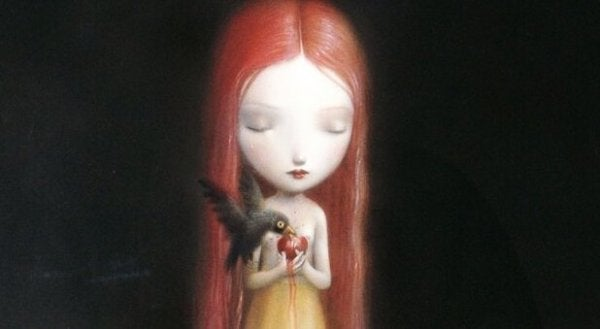 Meisje dat een appel vasthoudt waar een vogel van eet