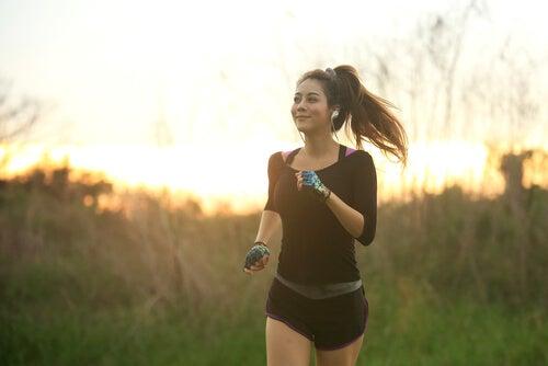 Meisje dat aan het hardlopen is en geniet van de voordelen van hardlopen