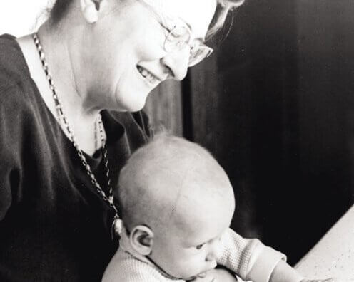 Vrouw die met een baby op school zit die nog geen last heeft van vermijdende hechtingsstijl