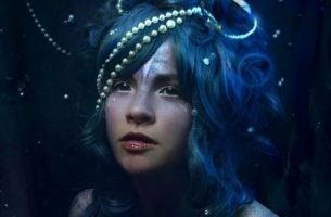 Vrouw met blauw haar in wie zich een vechter bevindt