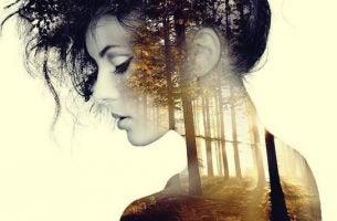 Vrouw in een bos geniet van stilte en eenzaamheid