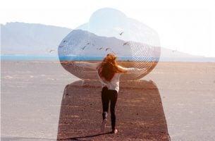 Vrouw die op het strand staat als voorbeeld van gestalttherapie