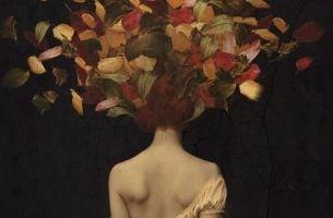Vrouw met bladeren