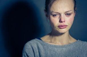 Vrouw die niet met haar emoties om kan gaan en zodoende meer vertelt over borderline-persoonlijkheidsstoornis