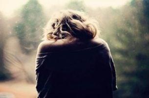 Vrouw die lijdt, als voorbeeld van het leed van mensen met fibromyalgie