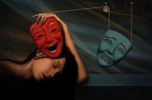 Vrouw met twee maskers naast zich als voorbeeld van borderline-persoonlijkheidsstoornis