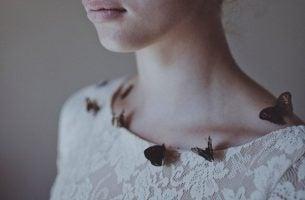 Vrouw met vlinders op haar trui die weet dat depressie verslaan mogelijk is als ze enkele gewoonten verandert