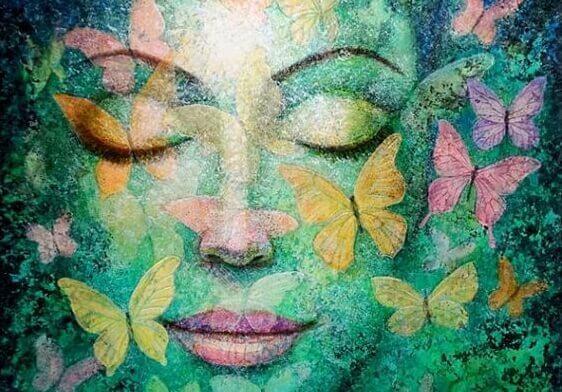 Vrouw met haar ogen dicht en vlinders om zich heen