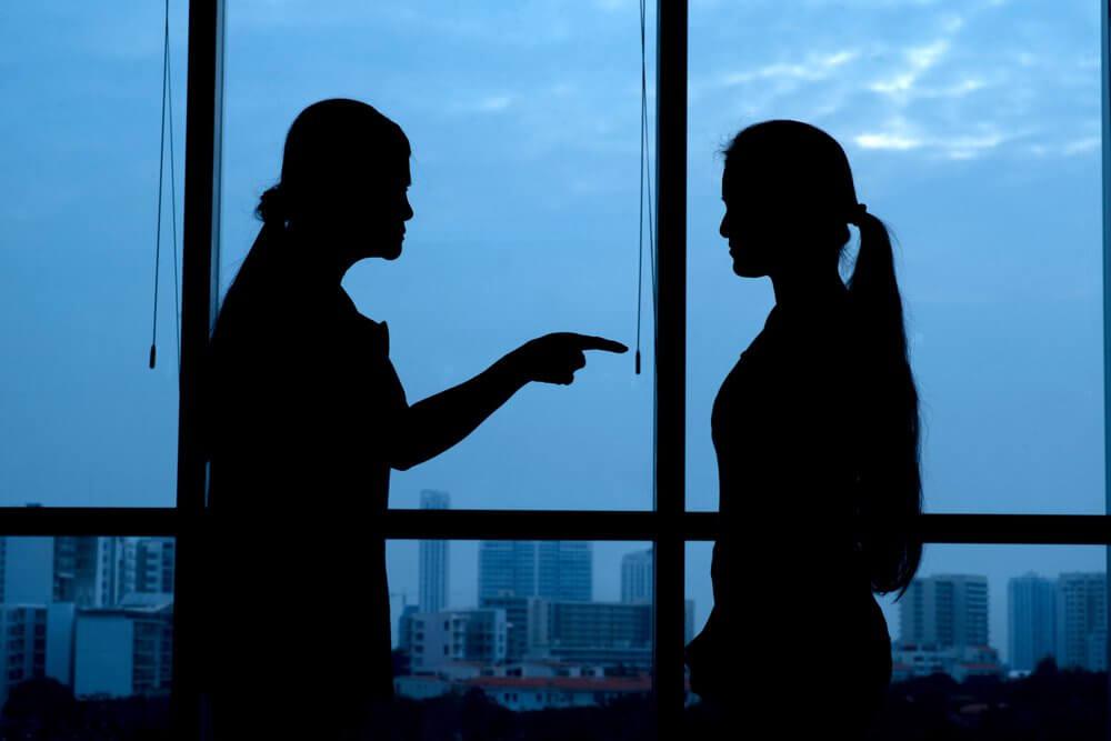 Ruziënde vrouwen die destructieve kritiek op elkaar leveren