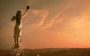 Vrouw die de lucht schildert en weet dat depressie verslaan mogelijk is
