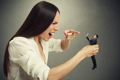 Een vrouw die een man kleineert met haar schijnbaar onschuldige opmerkingen
