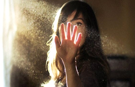 Vrouw met stofdeeltjes in het licht