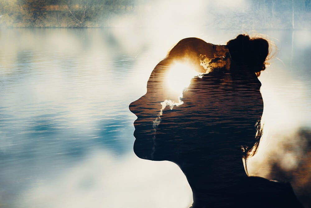 Gezicht van een vrouw voor een meer