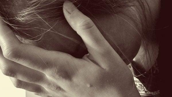Vrouw die vernietigt wordt door pathologische afgunst