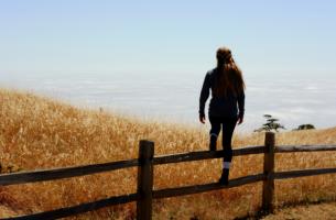 Vrouw die een wandeling maakt door de duinen voor persoonlijk empowerment