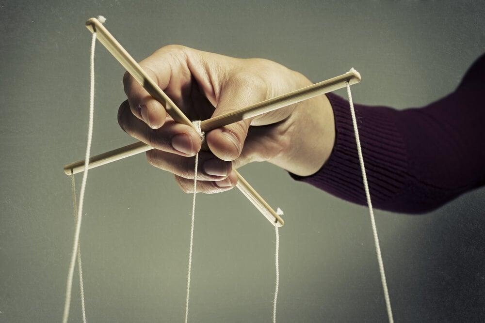 Psychologische manipulatie lijkt op het besturen van een marionet