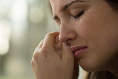 Vrouw die huilt na een relatiebreuk