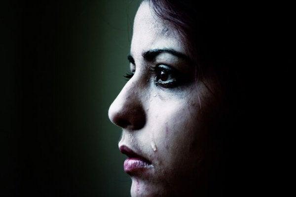 Vrouw die moet huilen omdat ze droevig is