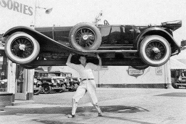 Man die een auto optilt vanwege alle adrenaline die door zijn lijf raast, maar wat is adrenaline?