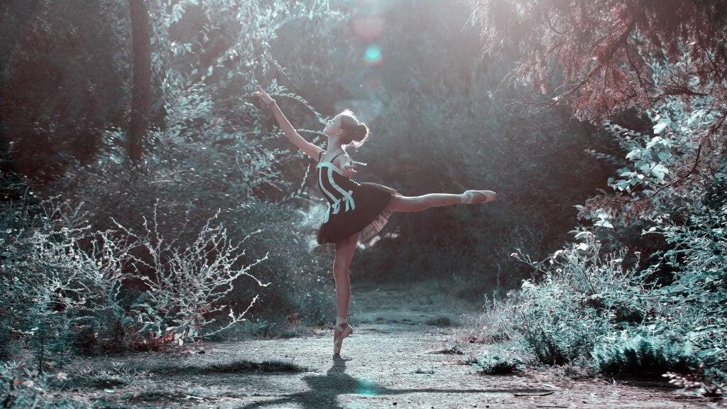 Ballerina in het bos die profiteert van de voordelen van dansen